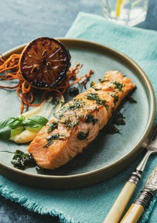 Photo pour Salmon Sole Meuniere au citron. Filet de poisson rouge. Truite grillée au beurre, au citron et au persil . - image libre de droit