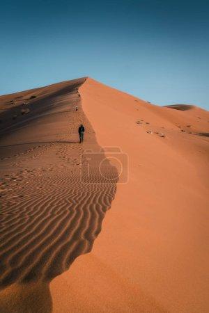 Photo pour Dunes de sable de marche d'homme, paysage de désert de Sahara - image libre de droit