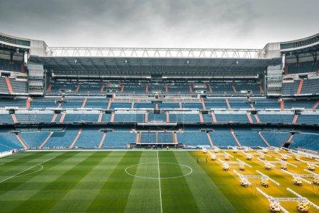 Photo pour Madrid, Espagne - 2016, le 2 février. Stade Santiago Bernabeu par une journée nuageuse, temple du football - image libre de droit