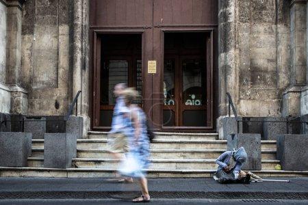 Photo pour Personnes dans la rue, noir et blanc - image libre de droit