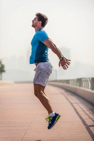 Photo pour Homme sport, faire du sport en plein air - image libre de droit