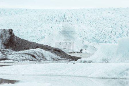 Photo pour Collines verdoyantes et panoramas islandais . - image libre de droit