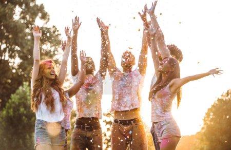 Photo pour Groupe d'adolescents jouant avec les couleurs au festival holi, dans un parc - image libre de droit