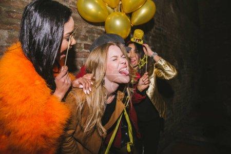 Photo pour Groupe de filles heureuse ayant parti dans un club - quatre jeunes femmes ayant un fou anniversaire fête dans la nuit - image libre de droit