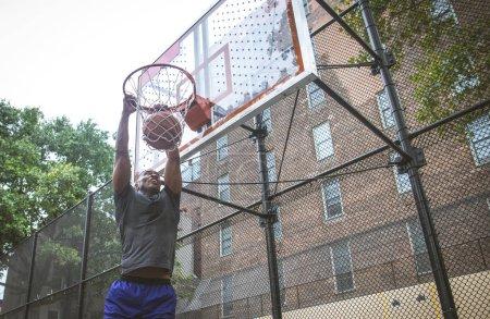 Photo pour Basketball entraînement des joueurs sur un terrain à New York - image libre de droit