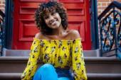 """Постер, картина, фотообои """"Счастливый афро-американских женщина улыбается. Красивые молодые слуг, ходьба и получать удовольствие в Нью-Йорке"""""""