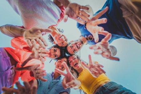 Photo pour Jeunes gens heureux d'avoir un dîner barbecue sur un toit à New York - Groupe d'amis faire la fête et s'amuser - image libre de droit