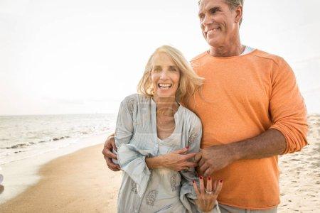 Photo pour Beau couple de personnes âgées heureux datant à l'extérieur - jeune couple marié s'amuser et profiter de la vie ensemble - image libre de droit
