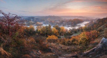 Photo pour Vue aérienne imprenable sur les rochers de montagne, la rivière brumeuse bleue et la forêt colorée au lever du soleil. paysage d'automne - image libre de droit