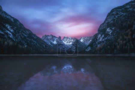 Photo pour Magnifique lac de montagne au lever du soleil. Cortina, Alpes des Dolomites, Italie - image libre de droit
