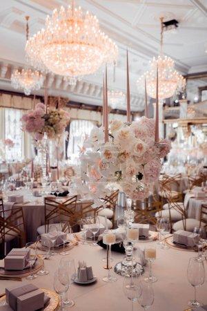 Photo pour Décorations de mariage rustiques avec des fleurs et des bougies. décor de banquet. image avec mise au point douce - image libre de droit