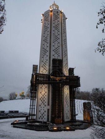 Photo pour Monument commémoratif des victimes de l'Holodomor à Kiev, Ukraine comme acte de génocide du peuple ukrainien par les Russes. crépuscule coucher de soleil soir plan vertical - image libre de droit