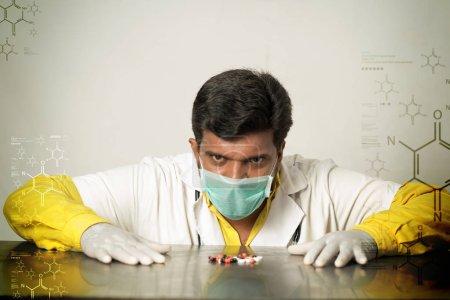 Photo pour Scientifique en laboratoire avec des pilules - image libre de droit