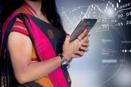 Photo pour Femme tenant la tablette avec graphique - image libre de droit