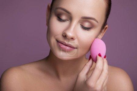 Brunette femme caucasienne appliquer maquillage avec un professionnel beaut