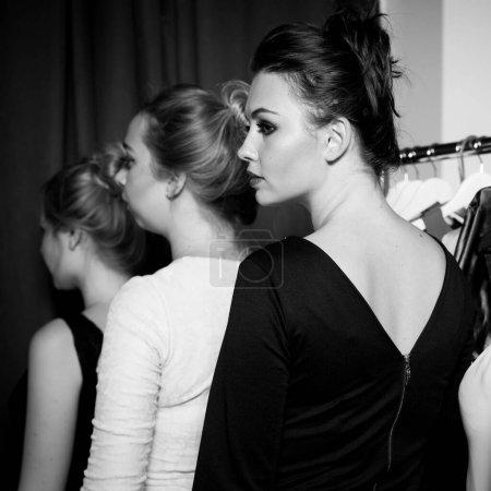 Photo pour Plus modèle de taille se préparer à défilé de mode piste par maquilleur. Concept backstage noir et blanc - image libre de droit