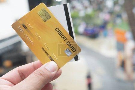 Photo pour Gros plan de la carte de crédit avec billet de cinéma en papier entre les mains. Notion de paiement par carte de crédit - image libre de droit