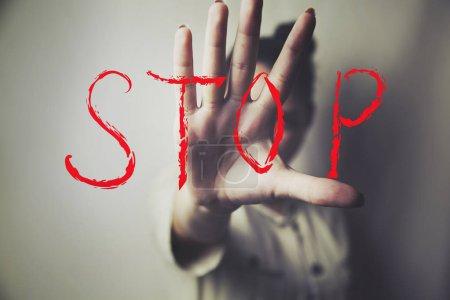 Photo pour Arrêter le signe avec la main de la femme - image libre de droit