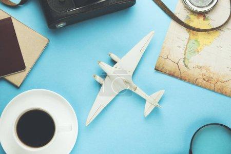 Photo pour Différents accessoires de voyage et café sur fond bleu - image libre de droit