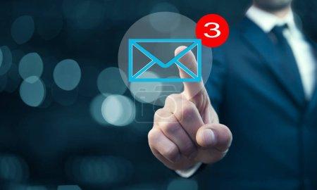 Photo pour Homme d'affaires touchant icône e-mail sur un écran virtuel - image libre de droit