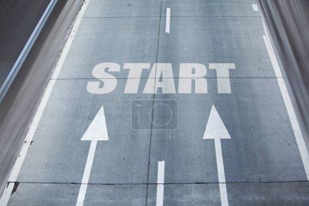 Photo pour Flèches de route avec texte de départ sur asphalte - image libre de droit