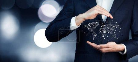 Photo pour Homme d'affaires avec une icône de carte du monde - image libre de droit