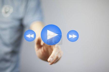 Photo pour Main de l'homme d'affaires appuyant sur le bouton de lecture sur l'écran tactile - image libre de droit