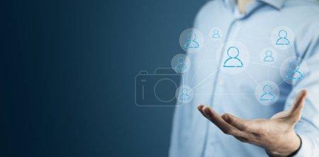 Jungunternehmer mit Social-Network-Ikone an der Hand