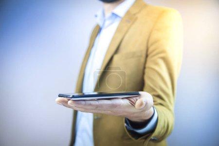 Foto de Cerca de un hombre con teléfonos móviles - Imagen libre de derechos