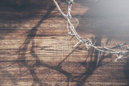 Photo pour Couronne d'épines non dentelées sur table en bois - image libre de droit