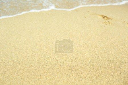 Photo pour Seashore clair avec ses eaux turquoise et sable jaune - image libre de droit