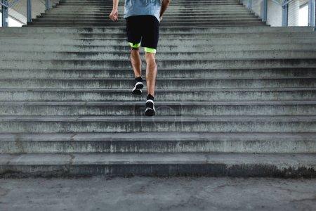 Photo pour Vue de dessous des jambes des coureurs et des chaussures lors de l'exécution des étapes - image libre de droit