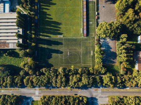 Photo pour Vue aérienne du vert football pitch à la lumière du coucher du soleil - image libre de droit