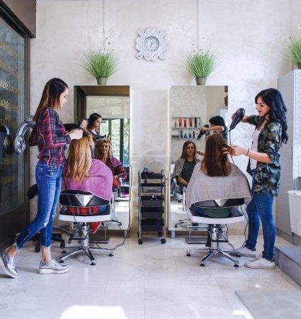 Photo pour Journée de travail à l'intérieur du salon de coiffure - image libre de droit