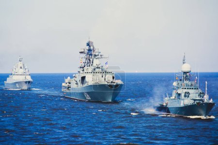 Photo pour Une ligne de cuirassés navals militaires russes modernes navires de guerre dans la rangée, la flotte du nord et la flotte de la mer baltique en plein air se - image libre de droit