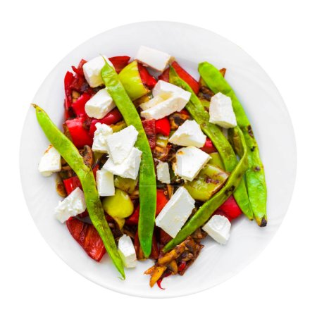 Salade de légumes à la feta sur fond blanc. Isolé
