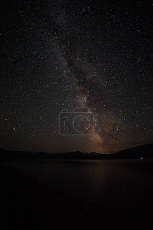 Photo pour Photo spatiale colorée montrant la galaxie de la voie lactée de l'univers avec des étoiles et de la poussière spatiale. longue exposition . - image libre de droit