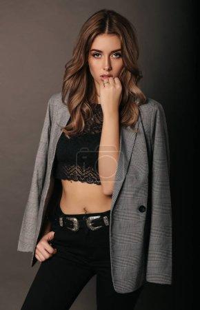 Photo pour Photo studio de mode de belle femme sexy aux cheveux blonds dans une élégante veste chic - image libre de droit