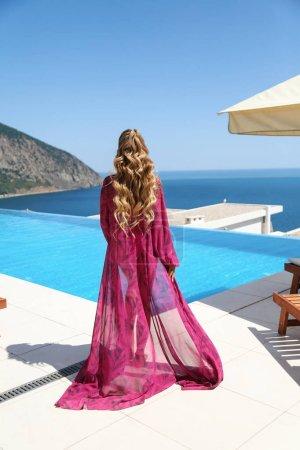 Photo pour Photo mode extérieure d'une belle femme sexy aux cheveux blonds en maillot de bain élégant posant près de la piscine en plein air - image libre de droit