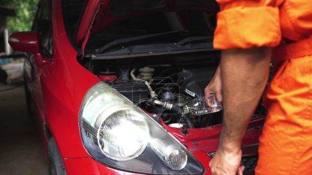 Photo pour Verser de l'antigel sur la voiture - image libre de droit