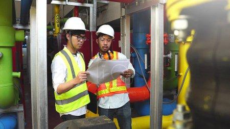 Photo pour Groupe de travailleurs industriels de la raffinerie - équipements et machines de traitement du pétrole - image libre de droit