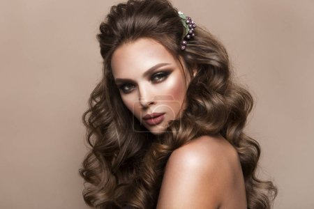 Foto de Hermosa chica con pelo largo ondulado. Morena con peinado rizado - Imagen libre de derechos