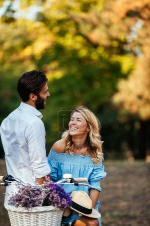 Młoda para, ciesząc się na zewnątrz