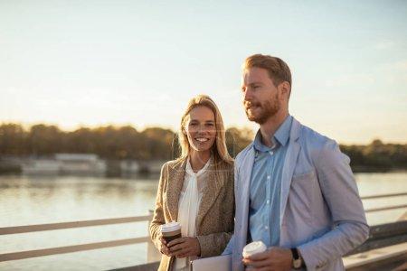 Photo pour Réunion décontractée dehors. Jeune homme et femme ayant emporter du café - image libre de droit