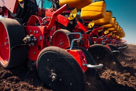Photo pour Action de semis et de labour au printemps . - image libre de droit