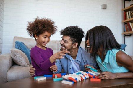Foto de Familia feliz jugando jenga juntos en casa. - Imagen libre de derechos