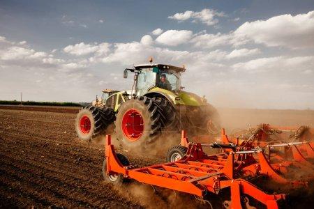 Photo pour Préparation des terres agricoles avec des semences pour l'année prochaine . - image libre de droit