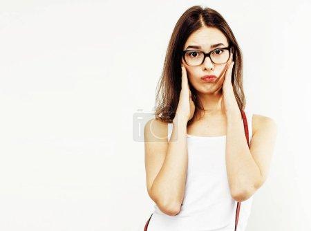 Photo pour Jeune fille assez élégant hipster posant émotionnelle isolé sur sourire cool souriant heureux de fond blanc, gros plan concept gens lifestyle - image libre de droit