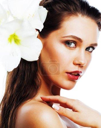 Foto de Joven bonita mujer con amarilis flor de cerca aislado en blanco, manicura manos - Imagen libre de derechos