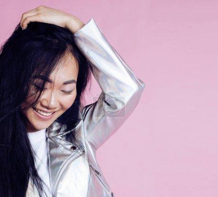 Photo pour Jeune jolie sourire asiatique coréen fille portant des vêtements de mode moderne sur fond rose, style de vie gens concept gros plan - image libre de droit